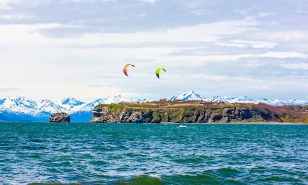 Il kitesurf, il kiteboard, il kite surf. kitesurf sport estremo nella penisola di kamchatka nell'oceano pacifico