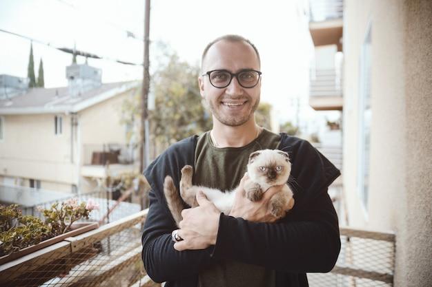 Gattino e un giovane uomo bello