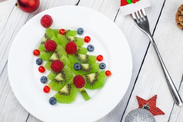Albero di natale kiwi, divertente idea alimentare per la festa o la colazione dei bambini