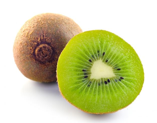 Kiwi isolato su fondo bianco