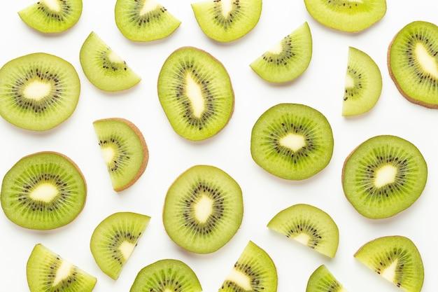 Macro di fette di kiwi. kiwi maturo frutto isolato su superficie bianca. laici piatta.