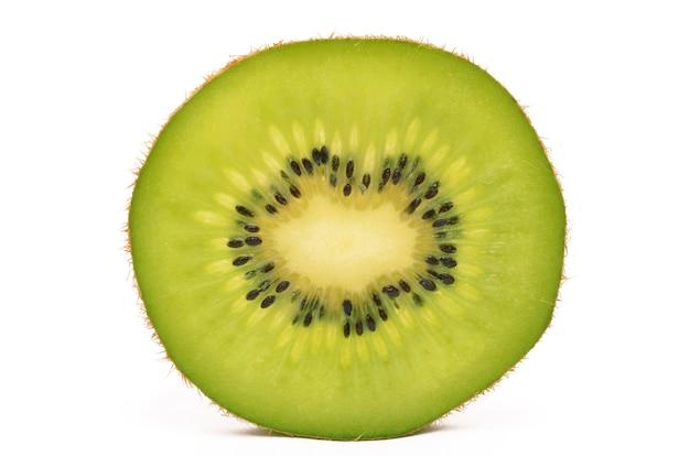 Kiwi su una superficie bianca