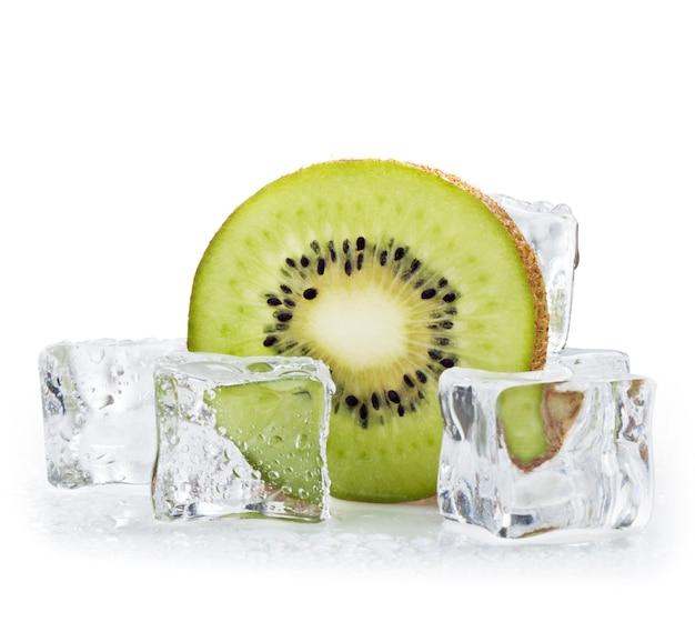 Kiwi e cubetti di ghiaccio su sfondo bianco