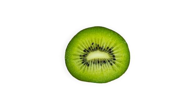 Fetta di kiwi isolata.