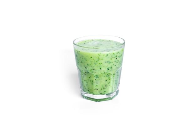 Frullato di kiwi e spinaci isolato su bianco. bicchiere con frullato verde.