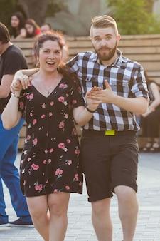 Kizomba, bachata o salsa concept - coppia di bellezza che balla la danza sociale su una festa all'aperto