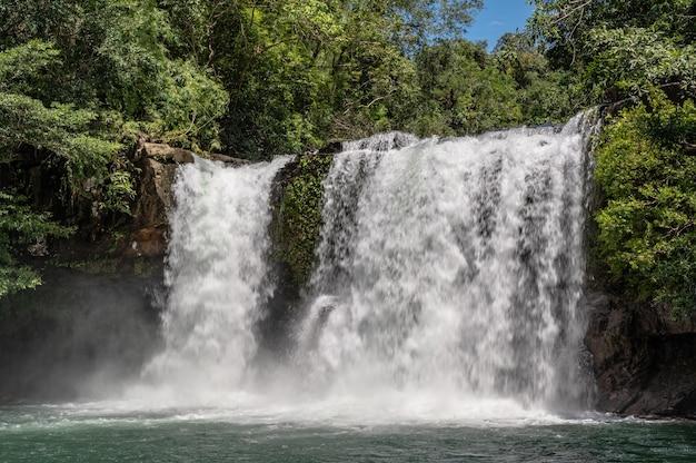 Klong chao cascata su koh kood island trat thailand.koh kood, noto anche come ko kut, è un'isola nel golfo di thailandia