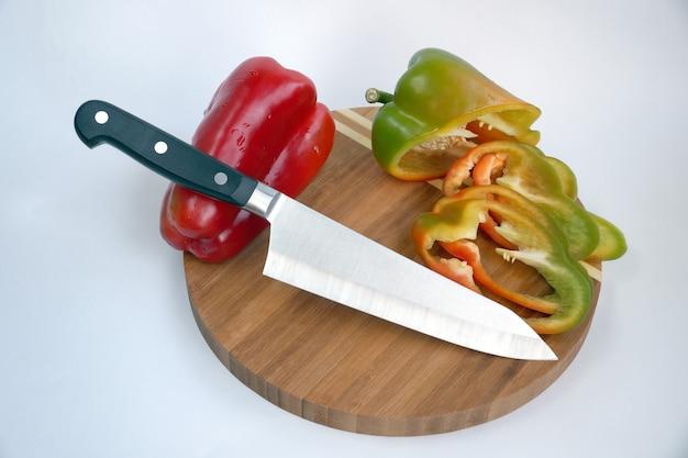 Coltello da cucina universale su un tagliere