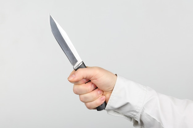 Coltello nelle mani di un uomo