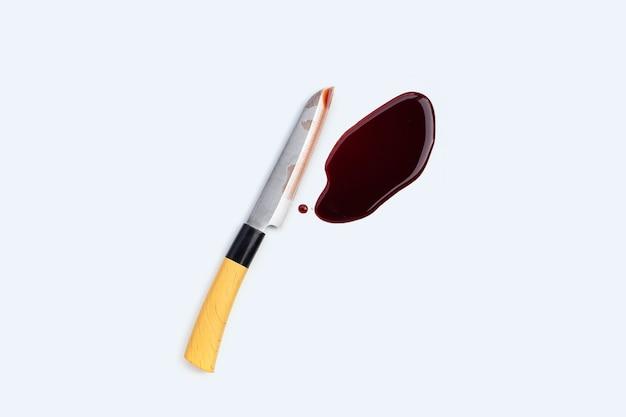 Coltello con sangue su sfondo bianco.