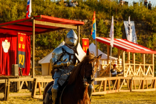 Cavaliere in armatura medievale a cavallo. foto di alta qualità