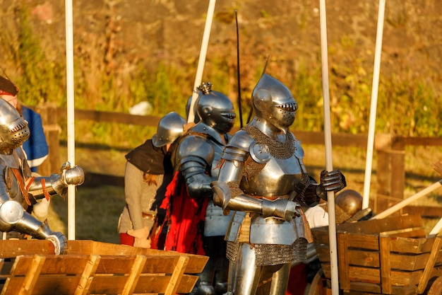 Cavalieri in armatura medievale al torneo. foto di alta qualità