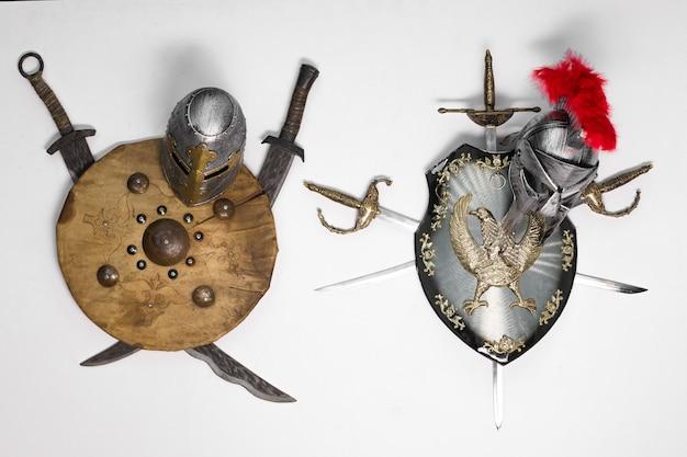 Scudo della spada dei cavalieri su sfondo bianco