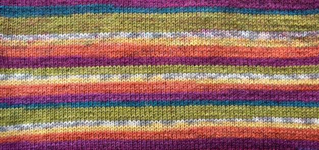 Motivo a maglia. close-up di tessitura di lana lavorata a maglia. maglia fantasia colorata