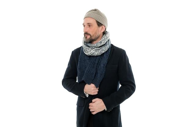 Accessori in maglia. stile di tempo freddo inverno uomo maturo. collezione invernale. l'uomo gode di calore e comfort. cappotto casual per condizioni invernali fredde. bel ragazzo che indossa cappello e sciarpa sfondo bianco.