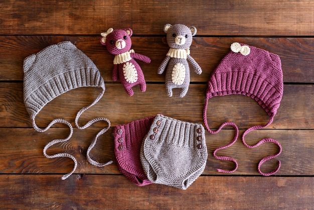 Bellissimi peluche, cappelli e pantaloncini lavorati a maglia per neonati. giocattoli realizzati con le proprie mani