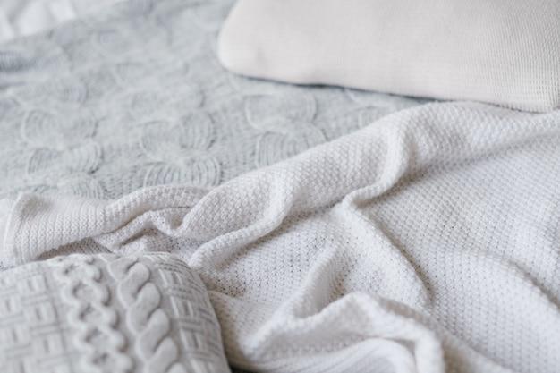 Assortimento di coperte lavorate a maglia. artigianato tessile fatto a mano. sfondo texture sgualcito.