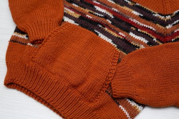 Maglione per bambini lavorato a maglia su uno sfondo bianco