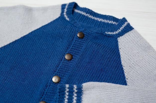 Maglione per bambini lavorato a maglia su sfondo bianco