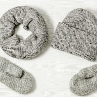 Guanti, cappello e sciarpa grigi lavorati a maglia
