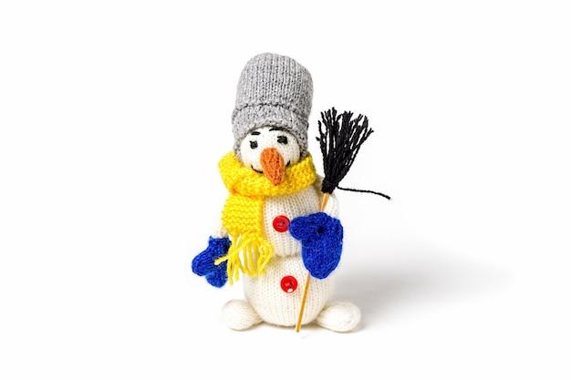 Pupazzo di neve giocattolo amigurumi lavorato a maglia