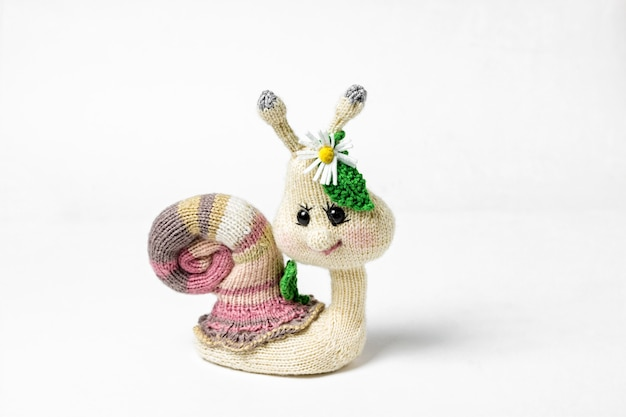 Giocattoli fatti a mano lavorati a maglia isolati su bianco