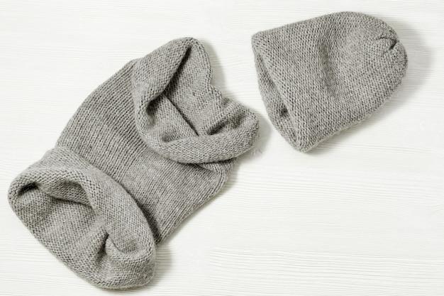 Cappello lavorato a maglia e sciarpa lavorata a maglia