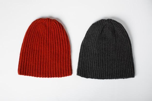 Cappello lavorato a maglia in rosso e nero isolato