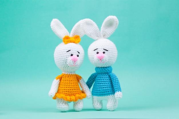 Piccoli conigli lavorati a mano