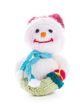 Pupazzo di neve lavorato a maglia con stivale di babbo natale isolato su bianco