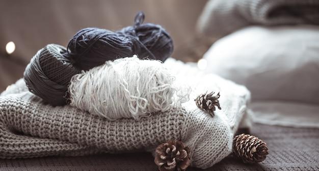 Maglione lavorato a maglia con filo