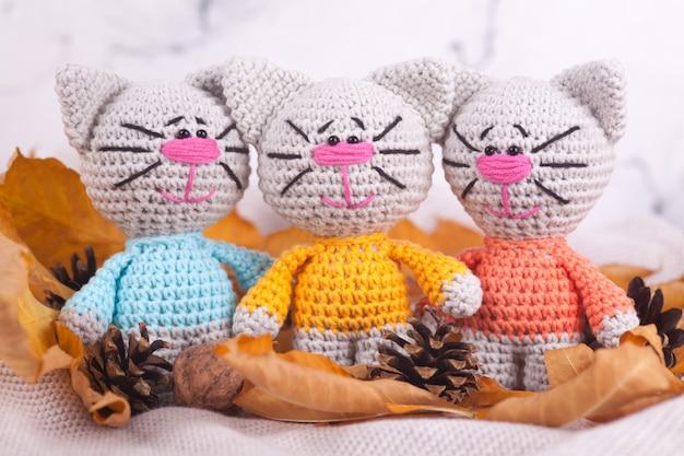 Giocattoli lavorati a maglia cucito a mano