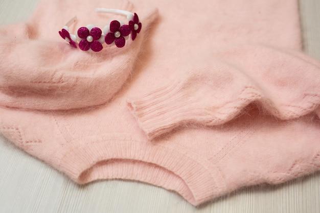 Maglione da donna lavorato a maglia su sfondo bianco