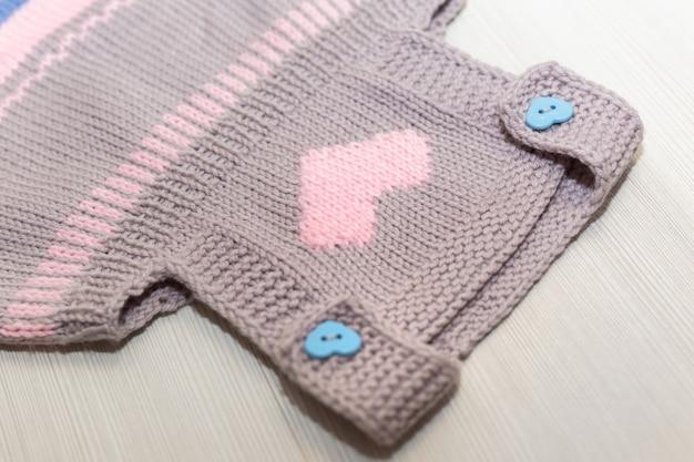 Abito in lana lavorata a maglia per un bambino su uno sfondo bianco