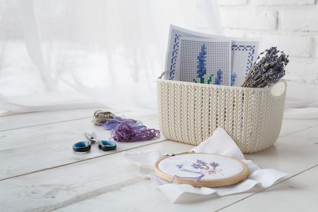 Oggetti lavorati a maglia e accessori per il ricamo nei cestini colorati degli organizzatori domestici