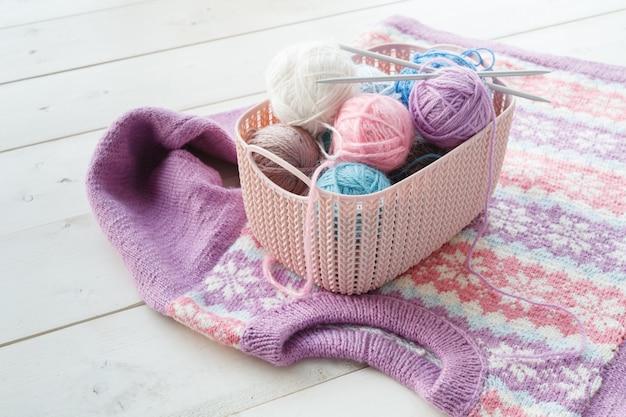 Oggetti lavorati a maglia con gli organizzatori domestici cestini colorati con accessori fatti a mano