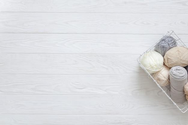 Sfere di lavoro a maglia su un pavimento di legno