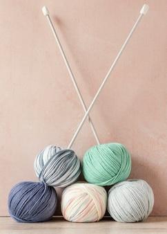 Ferri da maglia e lana sul tavolo