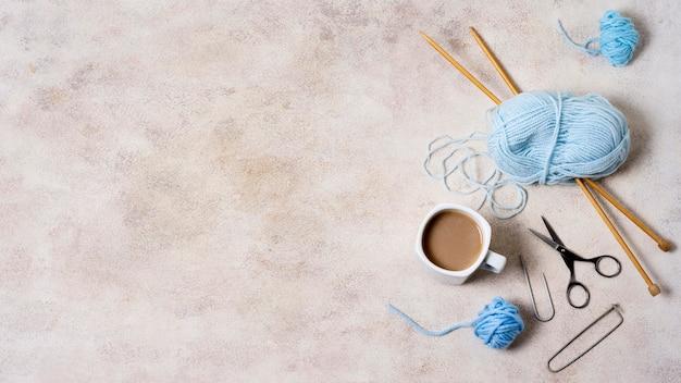 Strumenti di lavoro a maglia sul tavolo con copia-spazio