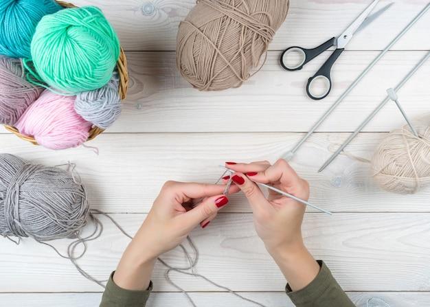 Lavoro a maglia nelle mani della donna, uncinetto a mano.