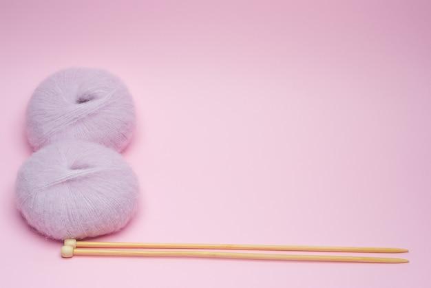 Gomitoli per maglieria e ferri da maglia