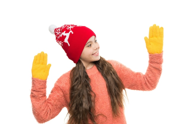 La maglieria sembra nuova. felice anno nuovo vacanze. negozio di moda per bambini. shopping invernale. maglieria preferita. filati e maglieria. il suo tempo maglione. bianco natale. piccola ragazza isolata su bianco.