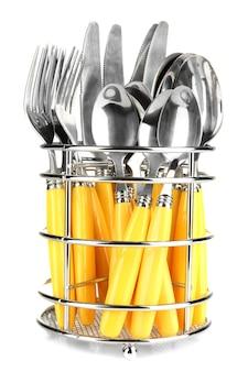 Coltelli, forchette e cucchiai in metallo stanno su bianco