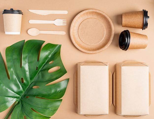 Concetto di knolling. eco friendly zero rifiuti usa e getta da tavola vista dall'alto piatto giaceva su sfondo marrone.