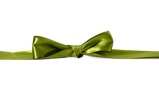 Fiocco annodato in nastro di seta verde su sfondo bianco, decoro per incartare regali