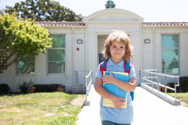 Il ritratto del giorno della conoscenza del bambino va a studiare l'istruzione della scuola primaria dell'infanzia felice