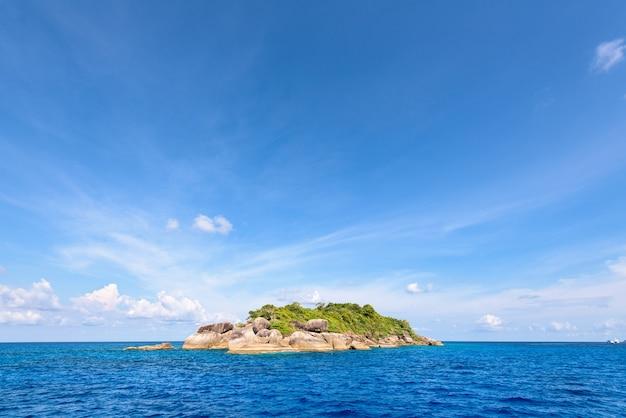 Ko ha è una piccola isola circondata dal mare blu sotto un cielo estivo al parco nazionale mu ko similan, provincia di phang nga, thailandia