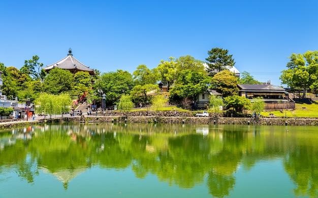 Tempio di kofuku-ji sopra lo stagno di sarusawa-ike a nara - giappone