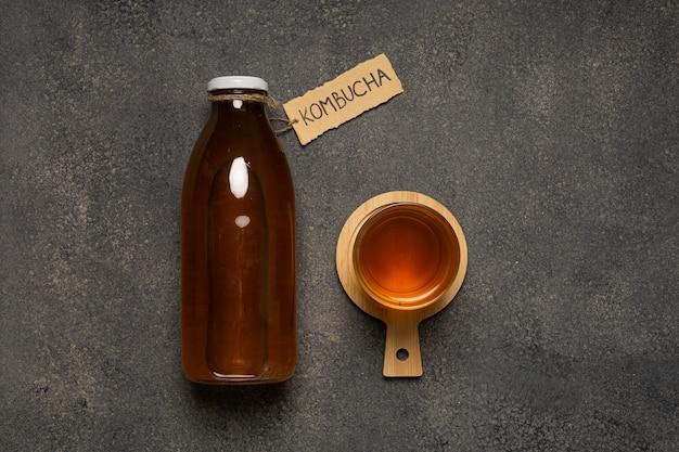 Bottiglia kombucha con la scritta
