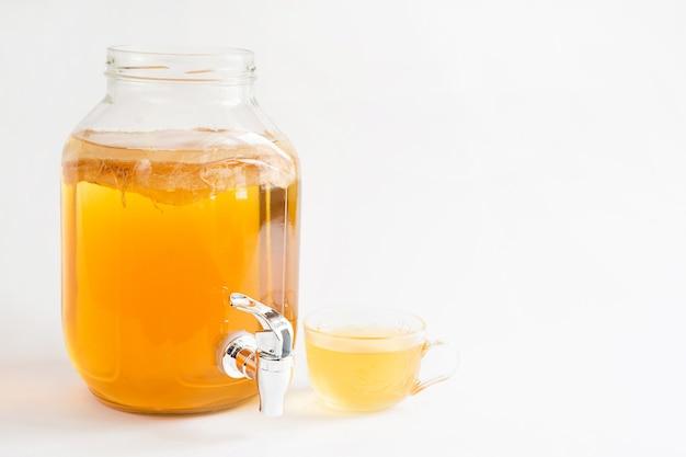 Kombucha, bevanda a base di fungo del tè in un barattolo di vetro con un rubinetto